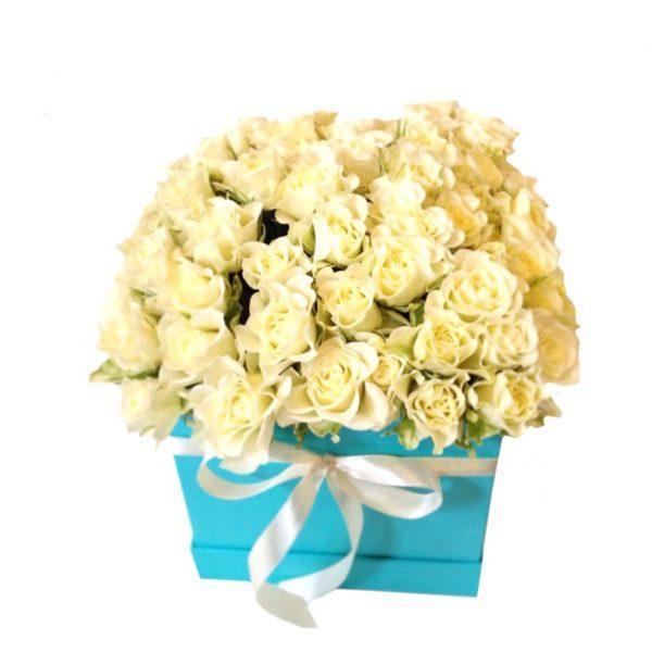 Lovely box акварель с белыми кустовыми розами