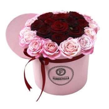Шляпная коробка с сердцем из красных и розовых роз