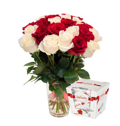 Букет Ангельский дуэт бело-красных роз и Рафаэлло
