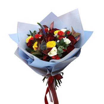 Букет Эрингиум с розами и эвкалиптом