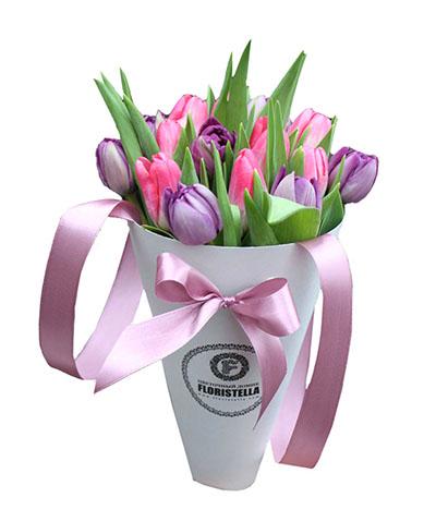 Букет фиолетовых и розовых тюльпанов