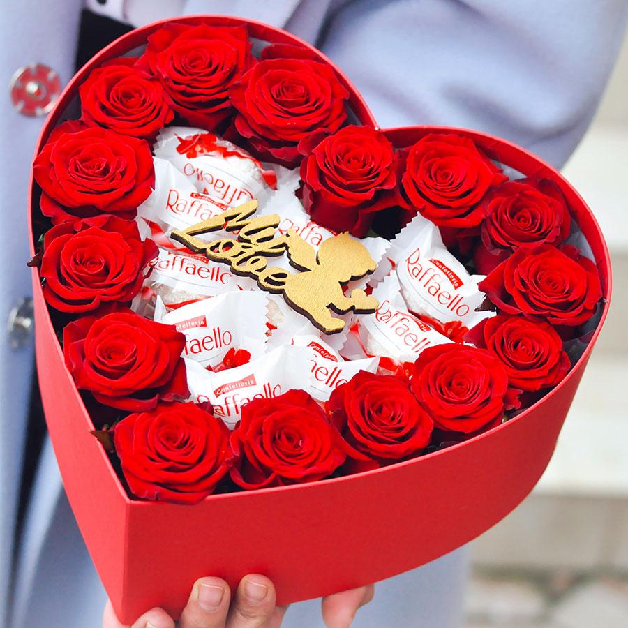 Композиция с красной розой и конфетами
