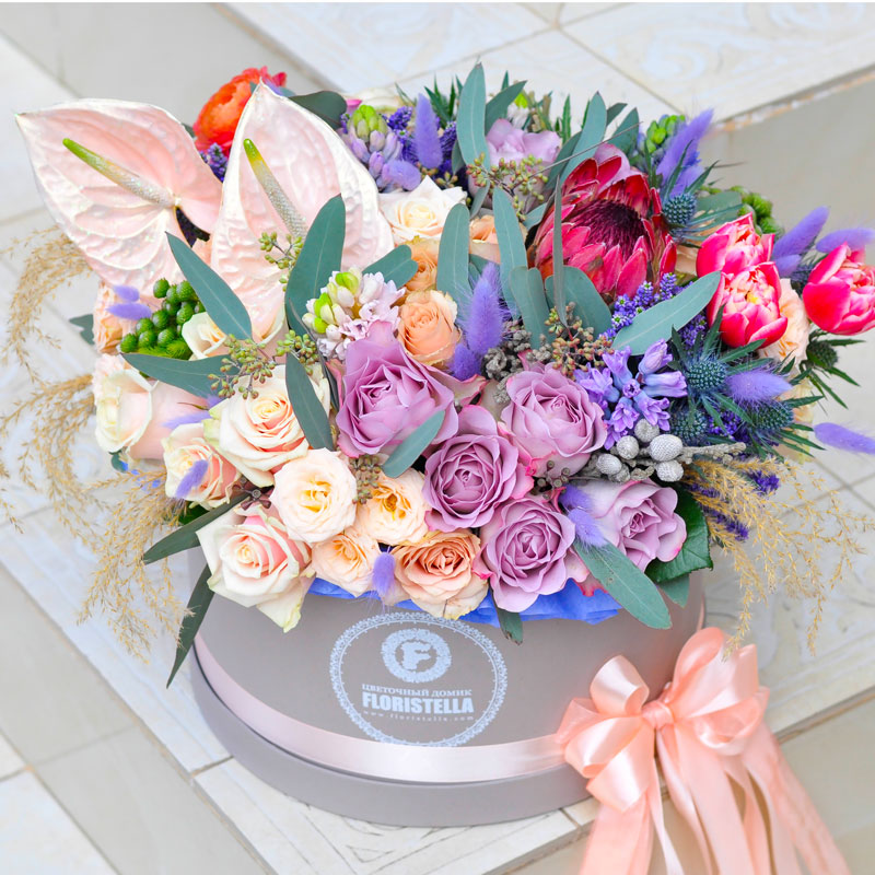 Шляпная коробка с протеей, розами и аунтуриумом