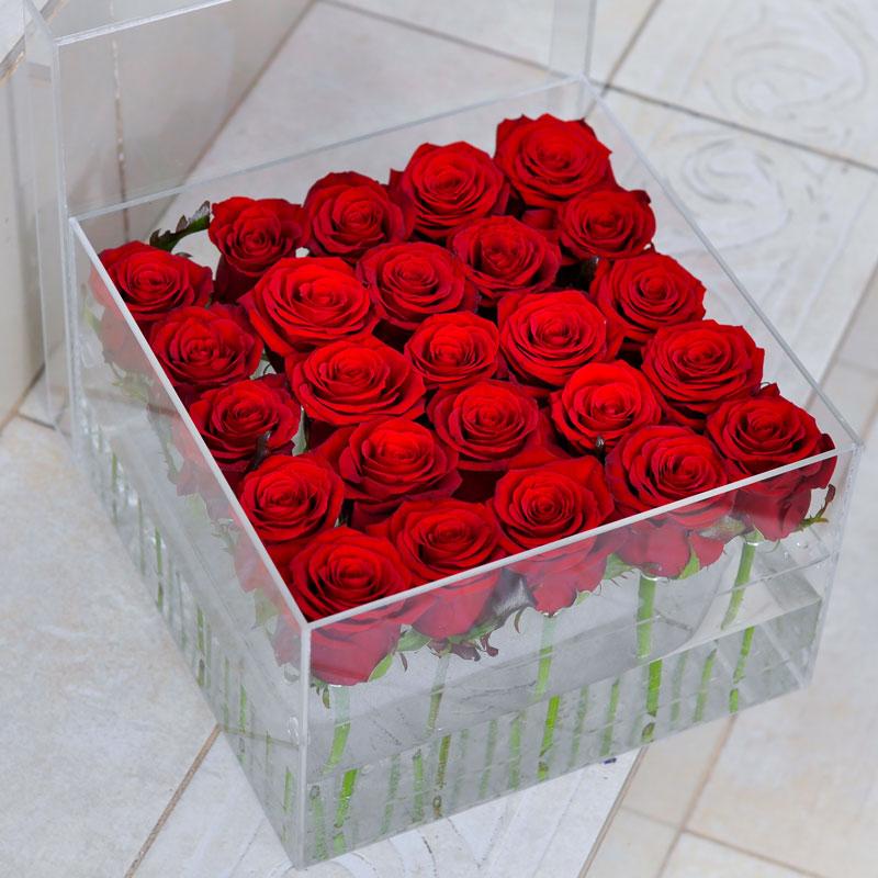 Композиция из 25 красных роз в аквариуме