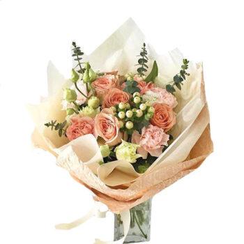 Букет с персиковыми розами и зеленью Пыльца