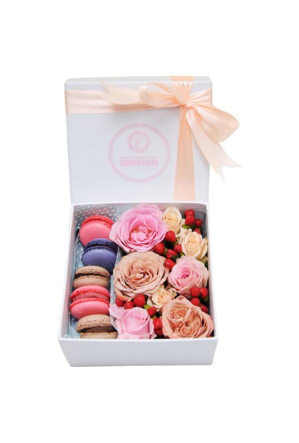 Коробка с макарунами, розами и гиперикумом