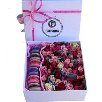 Коробка с макарунами, розами и вероникой