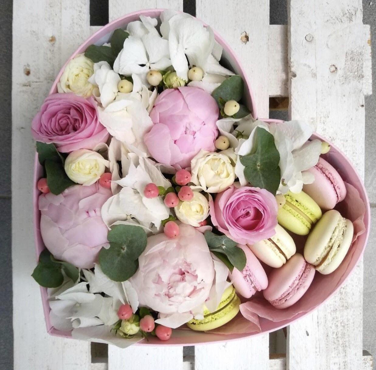 Цветы и макаруны