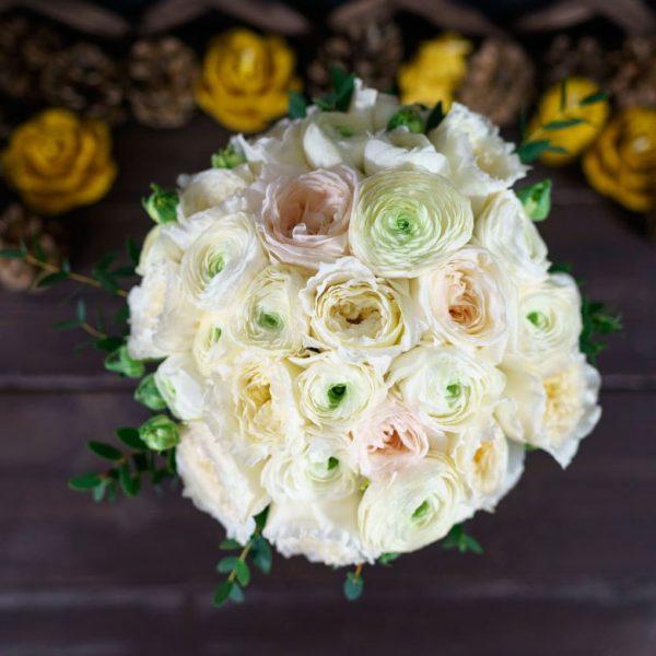 Белый букет невесты с ранункулюсами