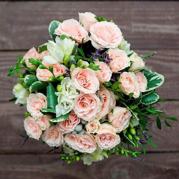 Бело-пудовый букет невесты