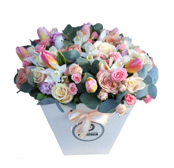 Трапеция с орхидеями, розами и тюльпанами