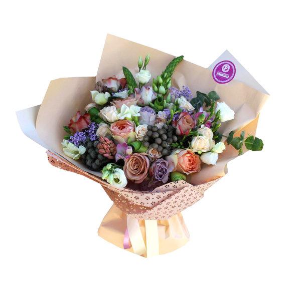 Букет роз, с эвкалиптом и орнитогалумом