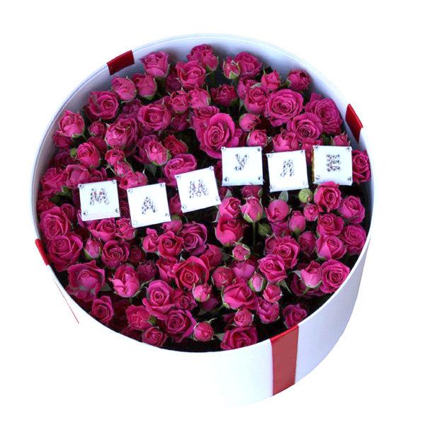 Розовые розы в шляпной коробке маме