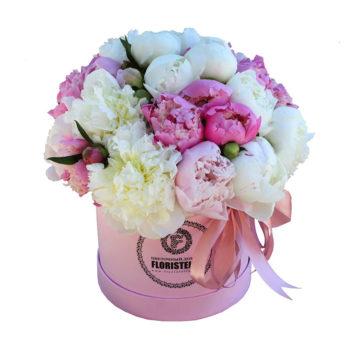 Шляпная коробка с белыми и розовыми пионами