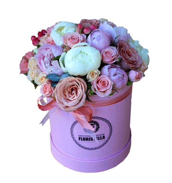 Шляпная коробка с кустовыми розами, пионами и гиперикумом