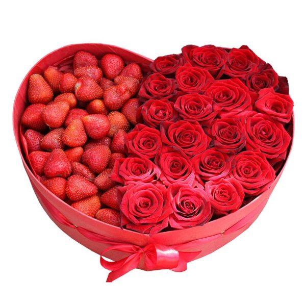 Коробка с красными розами и клубникой