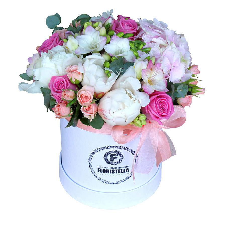 Шляпная коробка с гортензией, розами и пионом