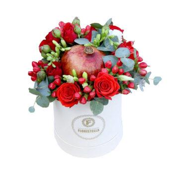 Шляпная коробка с красными розами и гранатом