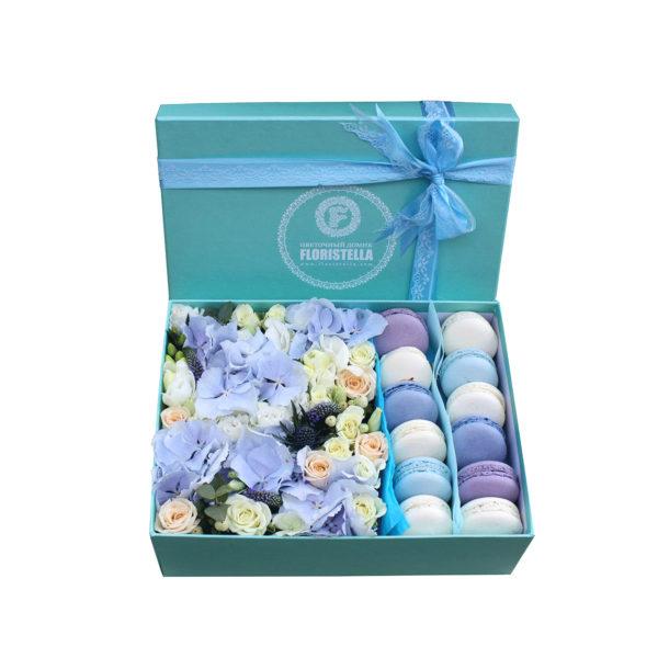 Коробка с голубой гортензией и макарунами