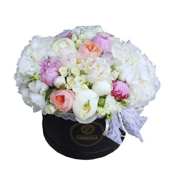 Шляпная коробка с гортензией и розами Дэвида Остина