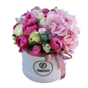 Шляпная коробка с гортензией, розами и пионами