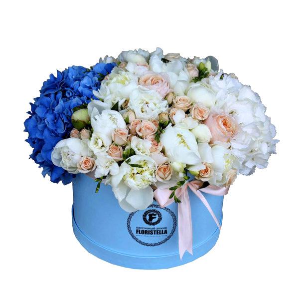 Шляпная коробка с синей и белой гортензией