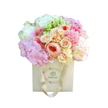 Пакет с пионами, гортензией и розами