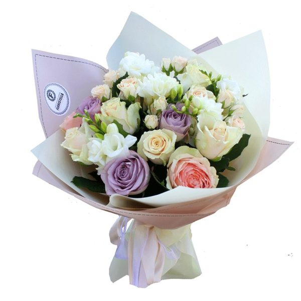 Букет пастельных роз и белых фрезий