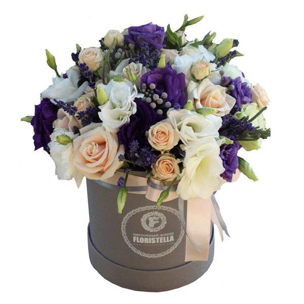 Шляпная коробка с розами, эустомой и брунией