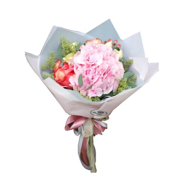 Букет розовой гортензии, роз и гиперикума