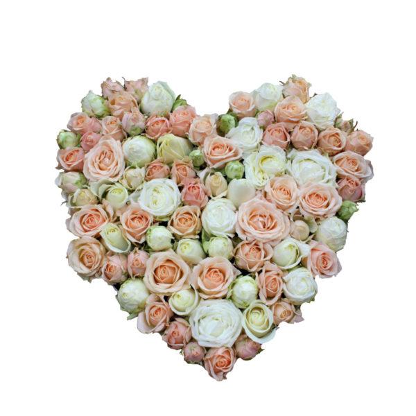 Нежная композиция из роз в форме сердца